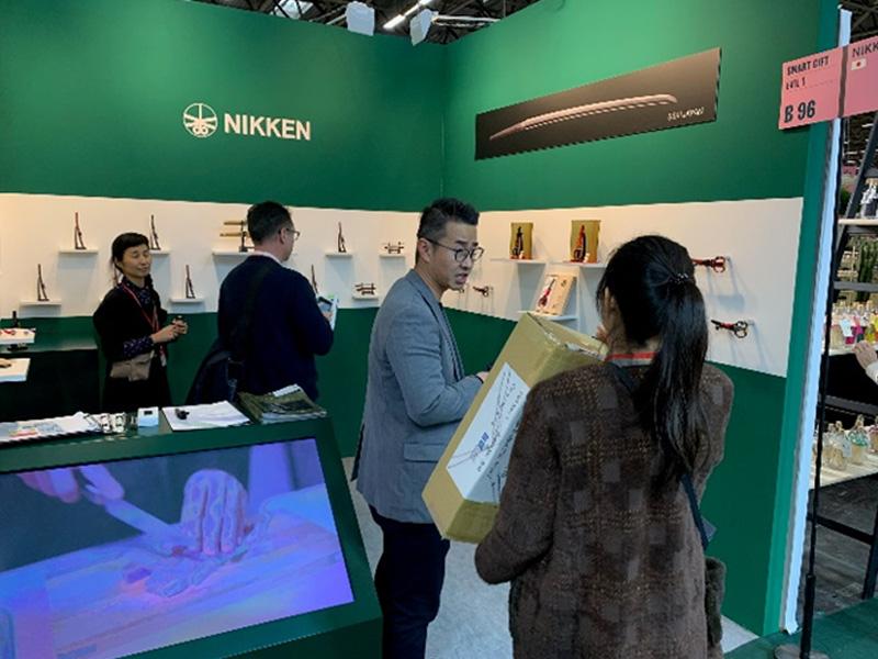 海外の展示会で関の刃物をPR